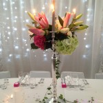 Chandelier floral, coloris blanc, fuchsia et argenté.